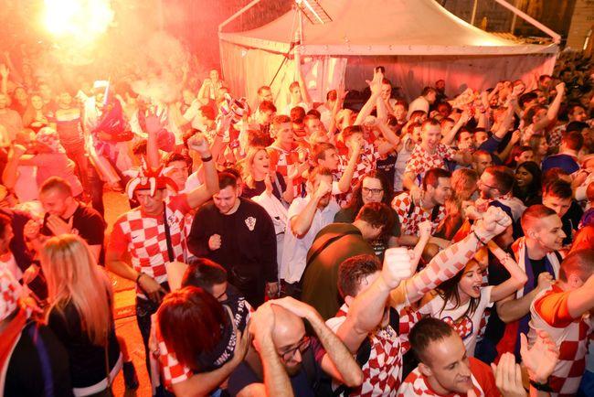 53fe1d2fc282 Посол Хорватии на радостях от победы над Россией выбросил в окно диван  (5.99 19)