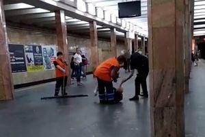 В киевском метро полицейский избил лежащего на перроне мужчину (18+)