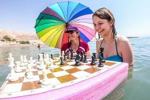Василий Иванчук и Анна Музычук сыграли в шахматы в Мертвом море