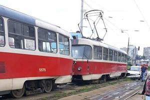 В Киеве автомобиль столкнулся с трамваем на рельсах