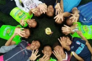 Тренер детей, две недели пробывших в пещере в Таиланде, учил их медитировать и делился едой