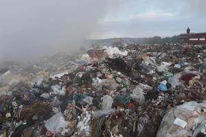 На Закарпатье около пяти часов тушили пожар на свалке