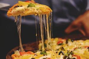 Девушка с помощью пиццы сообщила парню, что ждет ребенка