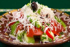 Шопский салат с запеченным перцем и оливками