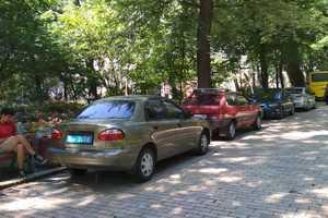 В Киеве Мариинский парк превратился в парковку