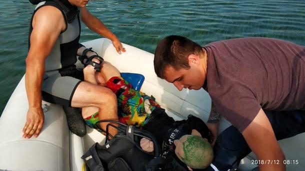В Днепре водолазы спасли мужчину в сандалях с поломанной ногой