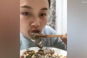 Видеошок: краб вцепился в губу поедавшей его китаянке
