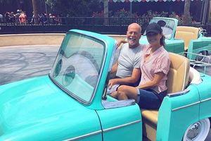 Брюс Уиллис весело провел время с семьей в Диснейленде