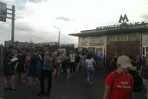 Очереди в метро: желающие пополнить проездные до подорожания уже не помещаются на станциях
