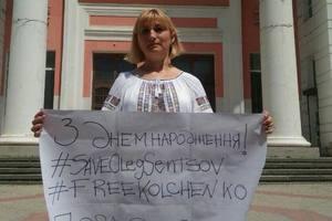 Мать Кольченко вышла на одиночный пикет в Крыму, чтобы поздравить Сенцова