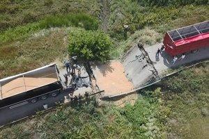 В Днепропетровской области под грузовиком рухнул мост: появилось видео