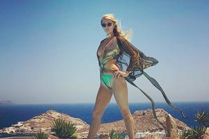 Пэрис Хилтон показала аппетитные формы на отдыхе в Греции