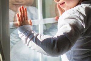 На Донбассе из окна второго этажа выпал младенец
