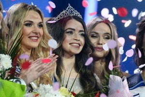 Рядом с Лукашенко заметили очередную красавицу