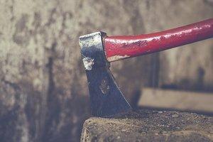 В Чернигове мужчина зарубил топором знакомого и жестоко искромсал женщину