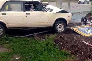 В Харькове ВАЗ сбил детскую коляску на тротуаре: младенец попал в больницу
