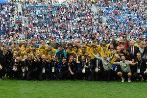 """Награждение """"бронзой"""" чемпионата мира: общее фото и дети на поле"""