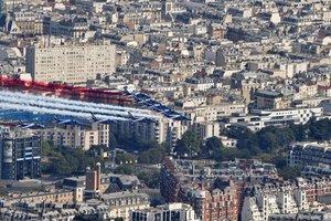 В Париже группа пилотов на Дне взятия Бастилии перепутала цвета национального флага