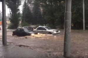 Потоп в Макеевке, машины глохли прямо на дороге: появилось видео