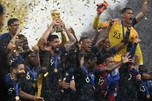 Яркие кадры церемонии награждения чемпионов мира сборной Франции