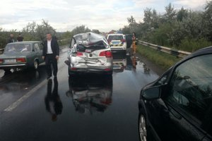 Масштабное ДТП: Под Черновцами столкнулись четыре легковых автомобиля и два грузовика