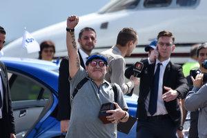 Диего Марадона прибыл в Беларусь и потрогал местный асфальт