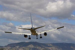 Застрявшие туристы и отмены рейсов: почему авиакомпании оказались неготовыми к турсезону