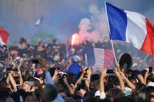 В Париже проходит чемпионский парад сборной Франции в честь победы на ЧМ-2018