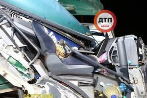 Жуткое ДТП произошло в Киеве: столкнулись две фуры