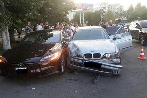В Одессе подросток на BMW врезался в Tesla: есть пострадавшие