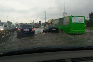 Вырванные номерные знаки и затопленные дороги: в Киеве прошел мощный ливень