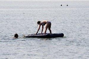 Унесенные ветром: на запорожском курорте спасли мать и дочь на матрасе