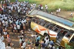 В Индии автобус упал в ущелье: погибли десять человек