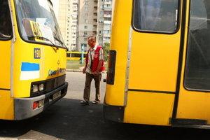 В Днепре дебоширы в маршрутке избили пассажира