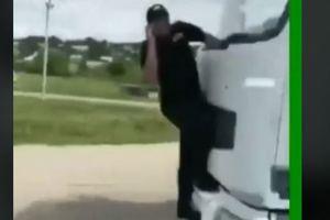 Стало известно, как наказали водителя фуры, прокатившего на капоте дорожного инспектора