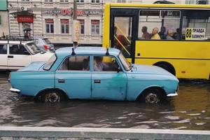 В Днепре прошел мощный ливень и выпал крупный град: появились яркие фото и видео