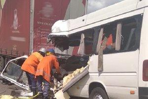 "Столкновение маршрутки и грузовика на трассе ""Киев-Чоп"": появилось видео с места аварии"