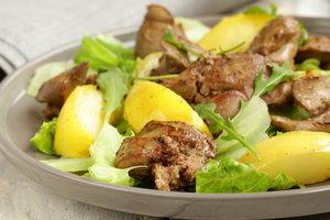 Идея для осеннего ужина: теплый салат с куриной печенью и яблоками