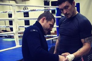 Украинский боксер разгуливает в вышиванке по Красной площади перед финалом WBSS