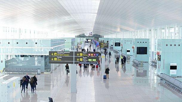 Украинские туристы застряли вБарселоне из-за переноса рейса компании YanAir