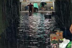 """Большой потоп: дорога на """"Левобережной"""" превратилась в реку, а в переходах на Оболони - воды по пояс"""