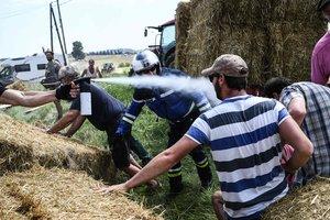 """Фермеры сорвали """"Тур де Франс"""", забросав гонщиков сеном"""