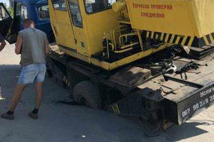 В Мелитополе автокран провалился в асфальт: появились фото и видео