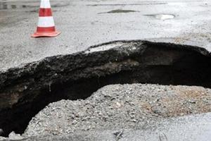 В Киеве на Щербакова из-за непогоды провалился асфальт