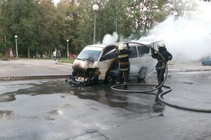 В Днепре на ходу загорелся микроавтобус: водителю чудом удалось спастись