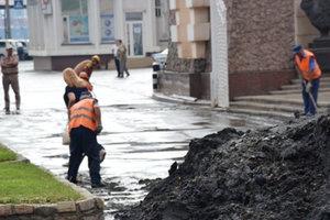 После мощного ливня площадь в Одессе залило грязью: появились фото и видео