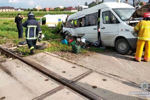 В Черновицкой области микроавтобус въехал в поезд, двое погибших