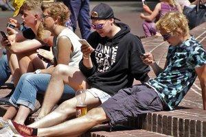 Во Франции запретили пользоваться мобильными телефонами в школах