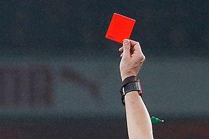 В Англии тренерам будут показывать желтые и красные карточки