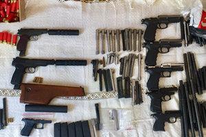 Поставляли оружие в Украину и продавали: полиция разоблачила преступную группировку